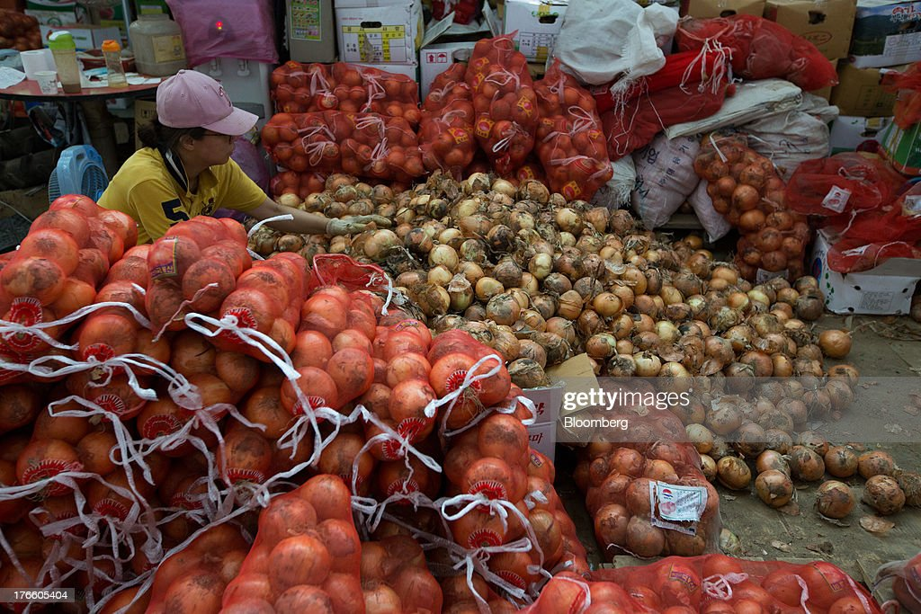 A vendor sorts onions at Samsan Agricultural Wholesale Market in Incheon, South Korea, on Friday, Aug. 16, 2013. South Korean producer prices declined 0.9 percent in July from a year earlier after a 1.4 percent drop in June, the central bank said in a statement today. Photographer: SeongJoon Cho/Bloomberg via Getty Images