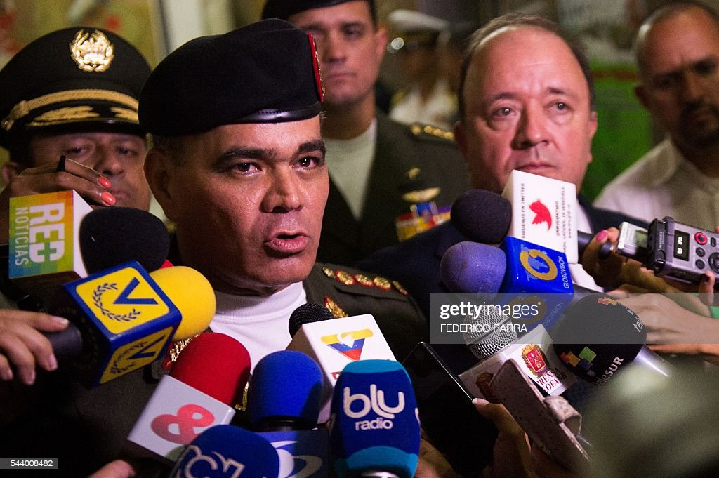 Venezuelan Defence Minister Padrino Lopez (L) and his Colombian counterpart Luis Carlos Villegas speak to the press following a meeting at the Defence Ministry in Caracas on June 30, 2016. / AFP / FEDERICO