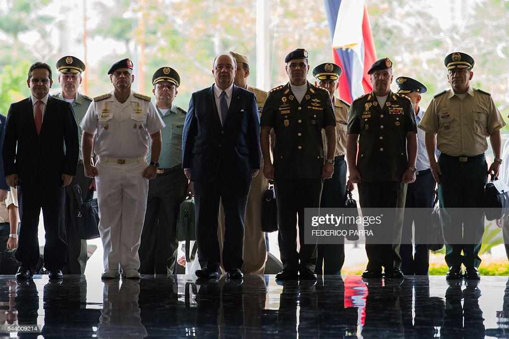 Venezuelan Defence Minister Padrino Lopez (3-R) and his Colombian counterpart Luis Carlos Villegas (3-L) are pictured during a ceremony at the Defence Ministry in Caracas on June 30, 2016. / AFP / FEDERICO