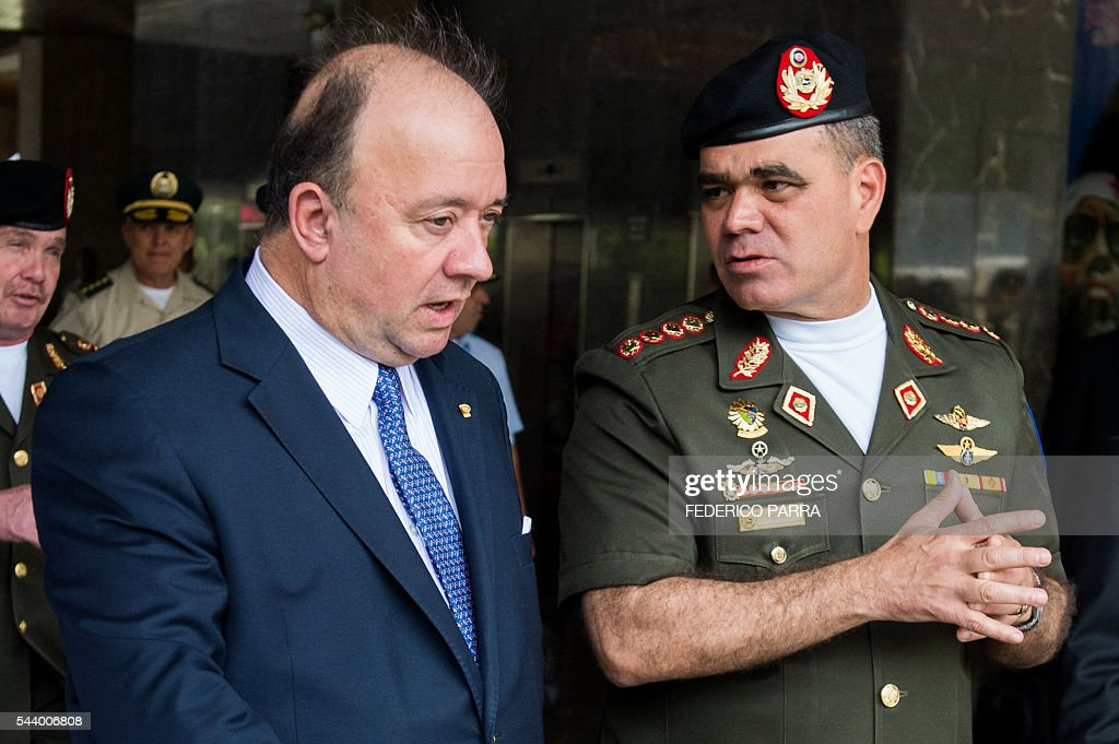 Venezuelan Defence Minister Padrino Lopez (R) welcomes his Colombian counterpart Luis Carlos Villegas upon the latter's arrival for a meeting at the Defence Ministry in Caracas on June 30, 2016. / AFP / FEDERICO