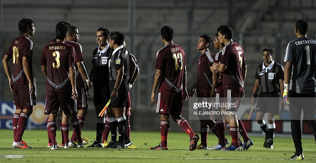 Venezuelan footballers complain to Bolivian referee Raul Orosco (C-L) at the end the half time of their South American U-20 Championship Group B football match against Brazil, at Bicentenario stadium in San Juan, Argentina, on January 16, 2013. Four South American teams will qualify for the FIFA U-20 World Cup Turkey 2013. Brazil won by 1-0. AFP PHOTO / ALEJANDRO PAGNI