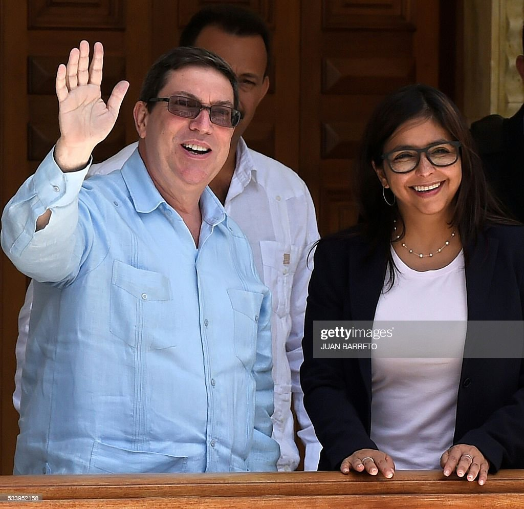 Venezuelan Foreign Minister Delcy Rodriguez (R) and her Cuban counterpart Bruno Rodriguez (L), who is on a two-day visit to Caracas, outside the Foreign Ministry on May 24, 2016. / AFP / JUAN