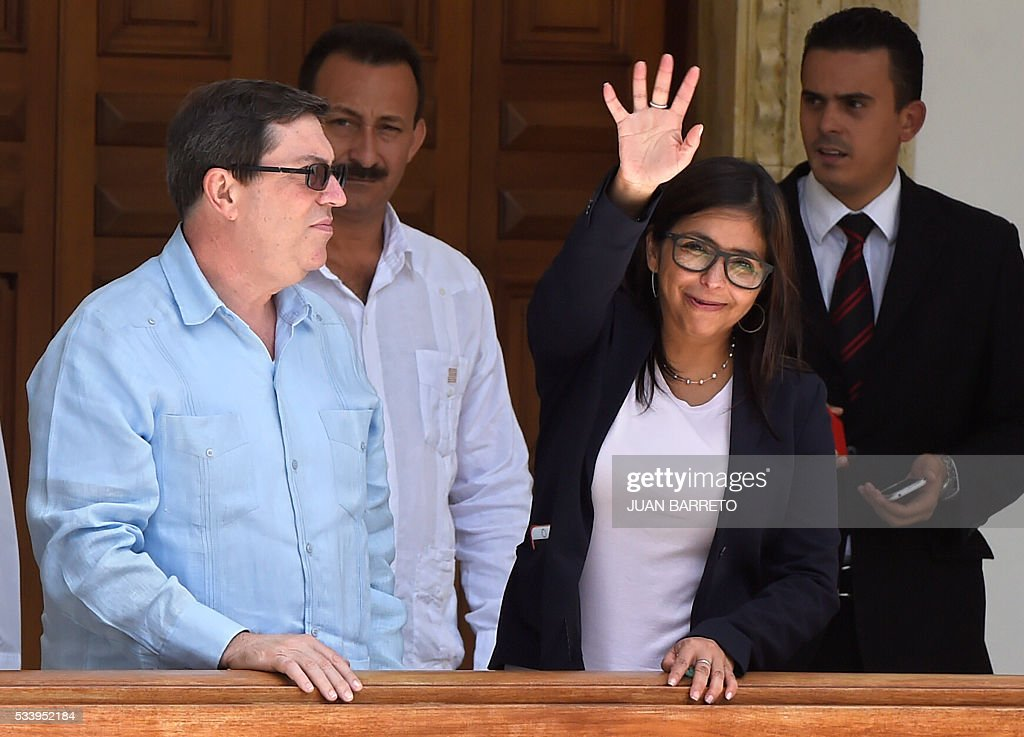 Venezuelan Foreign Minister Delcy Rodriguez (front-R) and her Cuban counterpart Bruno Rodriguez (L), who is on a two-day visit to Caracas, outside the Foreign Ministry on May 24, 2016. / AFP / JUAN