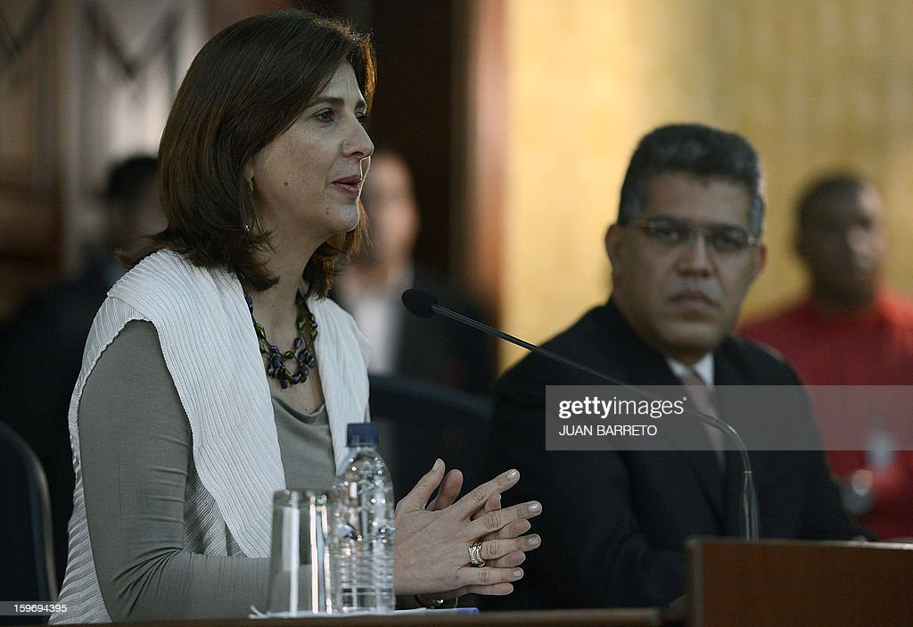 Venezuelan Foreign Minister Elias Jaua(R) listens to Colombian Foreign Minister Maria Angela Holguin (L) during a meeting in Caracas on January 18, 2013. AFP PHOTO