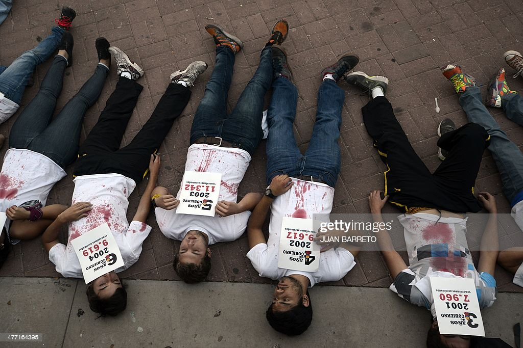 Venezuelan opposition activists and students stand a demonstration against the government of Venezuelan President Nicolas Maduro in Caracas on March 7, 2014. AFP PHOTO /JUAN BARRETO