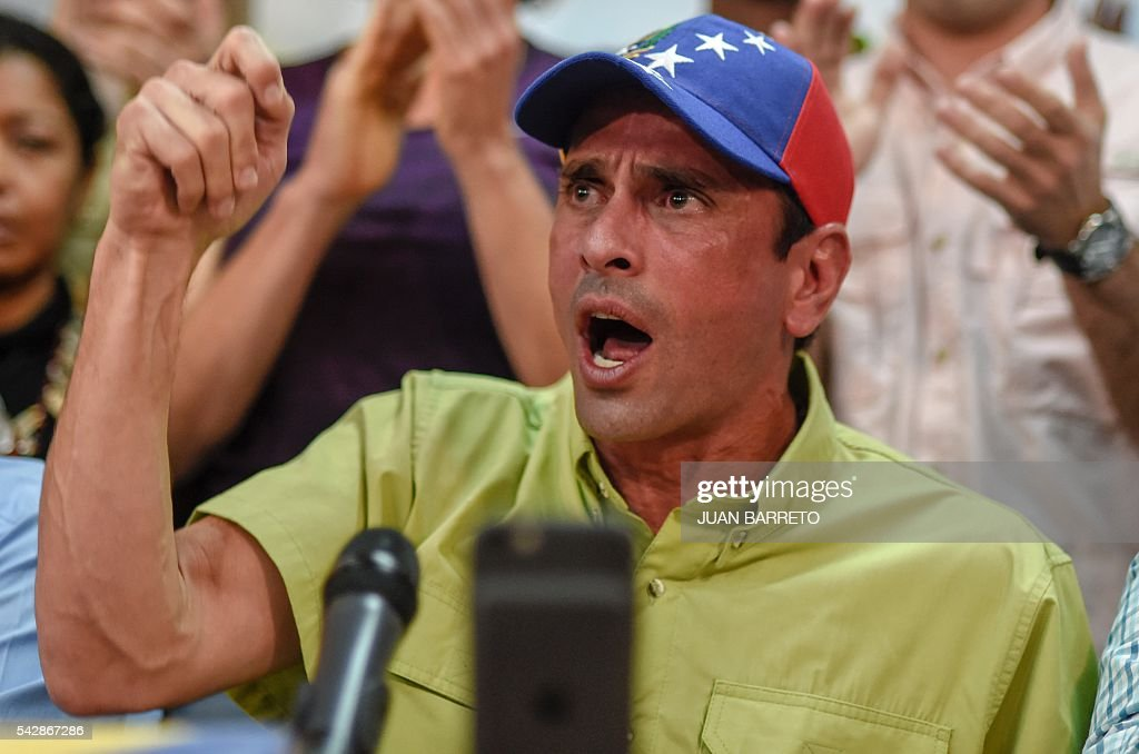 Venezuelan opposition leader and Miranda State governor Henrique Capriles Radonski speaks during a press conference in Caracas on June 24, 2016. Opposition leaders in Venezuela said Friday they have finished authenticating signatures on a petition to recall President Nicolas Maduro, and have met the threshold needed for a referendum on removing him from office. / AFP / JUAN