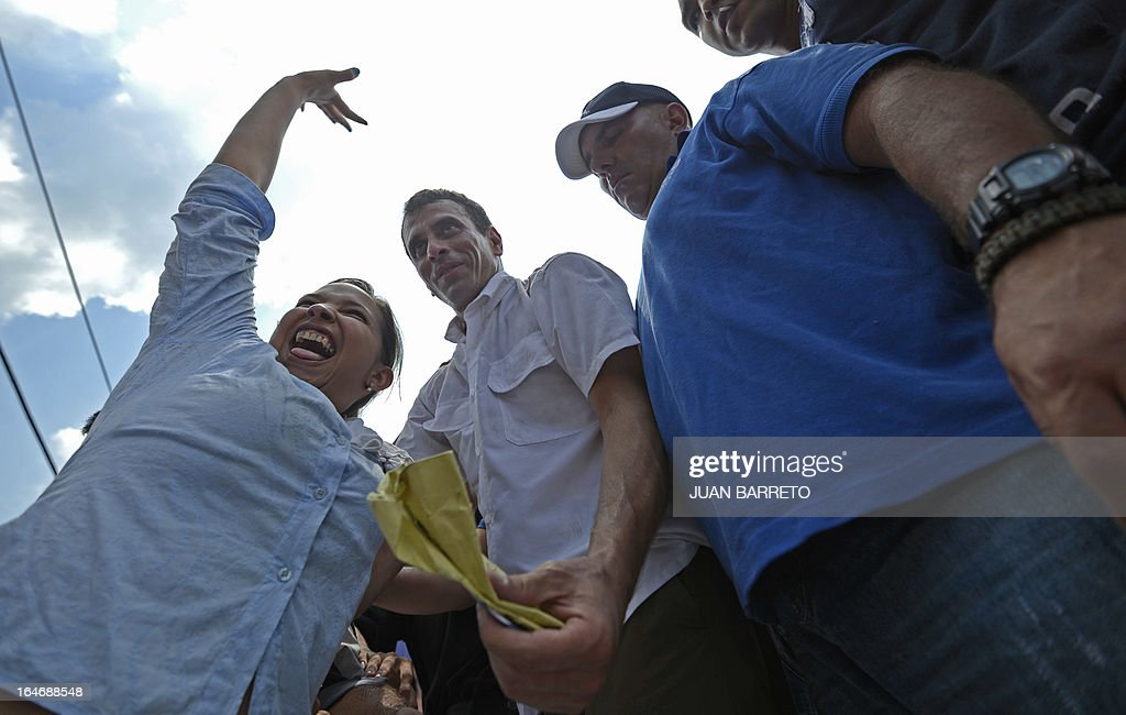 Venezuelan opposition presidential candidate Henrique Capriles (C) during a rally in Valera, Trujillo state, Venezuela on March 26, 2013. Venezuela will elect its new president on April 14, 2013. AFP PHOTO