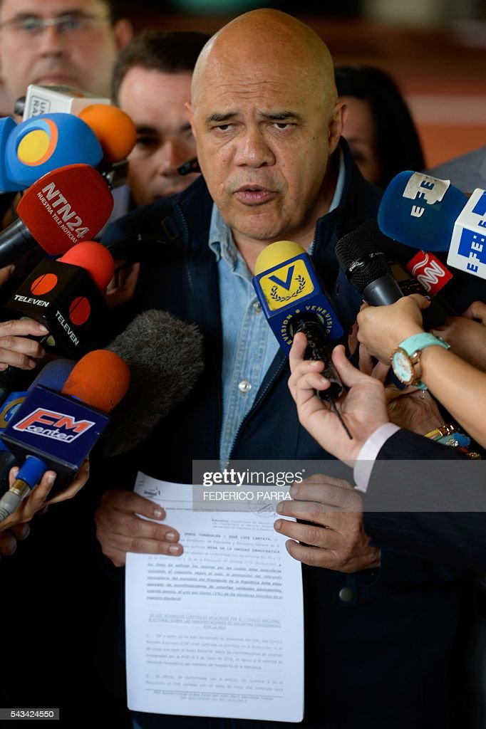 Venezuelan opposition spokesman of the Democratic Unity Roundtable (MUD) Jesus Torrealba speaks with the media at the National Electoral Council in Caracas on June 28, 2016. Opposition leaders in Venezuela said that they have finished the process of authenticating signatures on a petition to recall President Nicolas Maduro, and have enough to hold a referendum on removing him. / AFP / FEDERICO