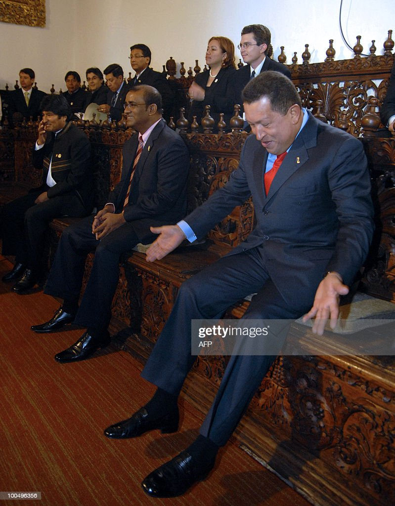 Venezuelan President Hugo Chavez (R) laughs next to Presidents Bharrat Jagdeo from Guyana (C) and Evo Morales from Bolivia, during the Union of South American Nations (UNASUR) presidential summit at the San Agustin Convent, in Quito, Ecuador, on August 10, 2009. Regional leaders to meet for the summit, during which they are expected to discuss Colombia's decision to allow limited use by the United States of its military bases. AFP PHOTO/Jaime PAVON