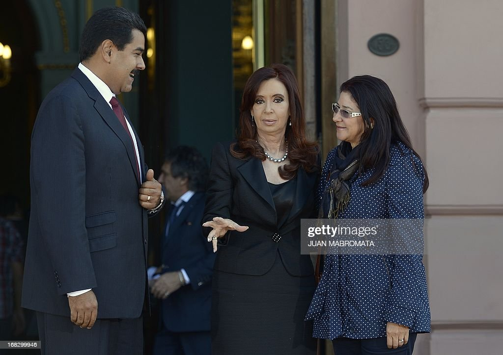 Venezuelan President Nicolas Maduro (L), his wife Cilia Flores (R) and Argentine President Cristina Fernandez de Kirchner chat before a working meeting at Government Palace in Buenos Aires on May 8, 2013. Maduro arrived today from Uruguay and afterwards will travel to Brazil. AFP PHOTO / Juan Mabromata
