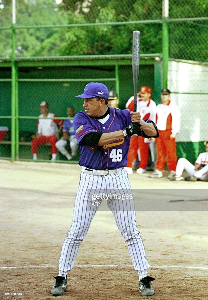 Venezuelan Presient Hugo Chavez Frias bats during a softball game in Caracas 29 August 1999. El Presidente venezolano Hugo Chavez Frias batea durante un partido de softball en el que participa con un equipo de las fuerzas armadas, en Caracas, este 29 de Agosto de 1999. AFP FOTO/FOTO MIRAFLORES-EMILIO FUENTES/bp