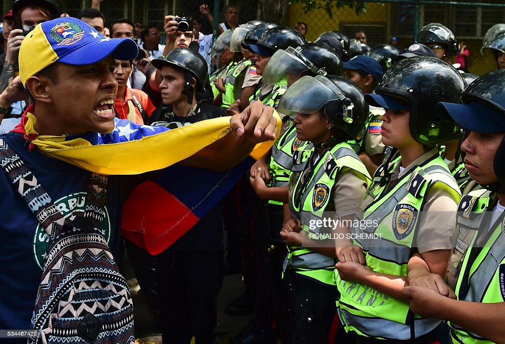 Venezuelan public university students hold a protest against the policies of President Nicolas Maduro government in Caracas on May 26, 2016. / AFP / RONALDO
