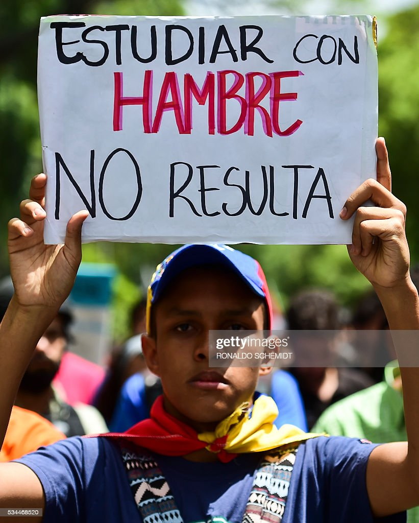 Venezuelan public university students hold a protest against the government of President Nicolas Maduro in Caracas on May 26, 2016. / AFP / RONALDO