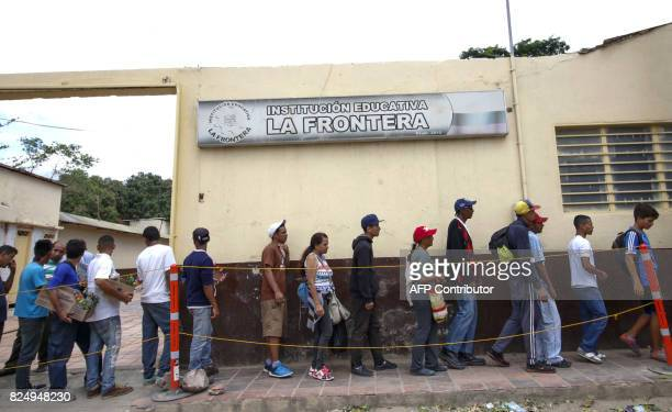 Venezuelans line up to get food at the Casa de Paso Divina Providencia refuge in Cucuta Colombia on July 31 2017 after crossed the Simon Bolivar...