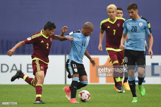 Venezuela's defender Eduin Quero and Uruguay's midfielder Nicolas De La Cruz compete for the ball during the U20 World Cup semifinal football match...