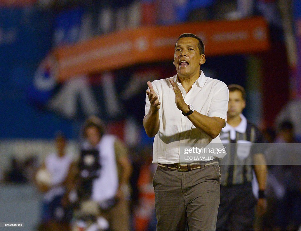 Venezuela's Deportivo Anzoategui head coach Juvencio Betancourt gives instructions to players during their 2013 Copa Libertadores football match against Argentina's Tigre in Victoria, Buenos Aires, on January 22, 2013. AFP PHOTO/Leo LA
