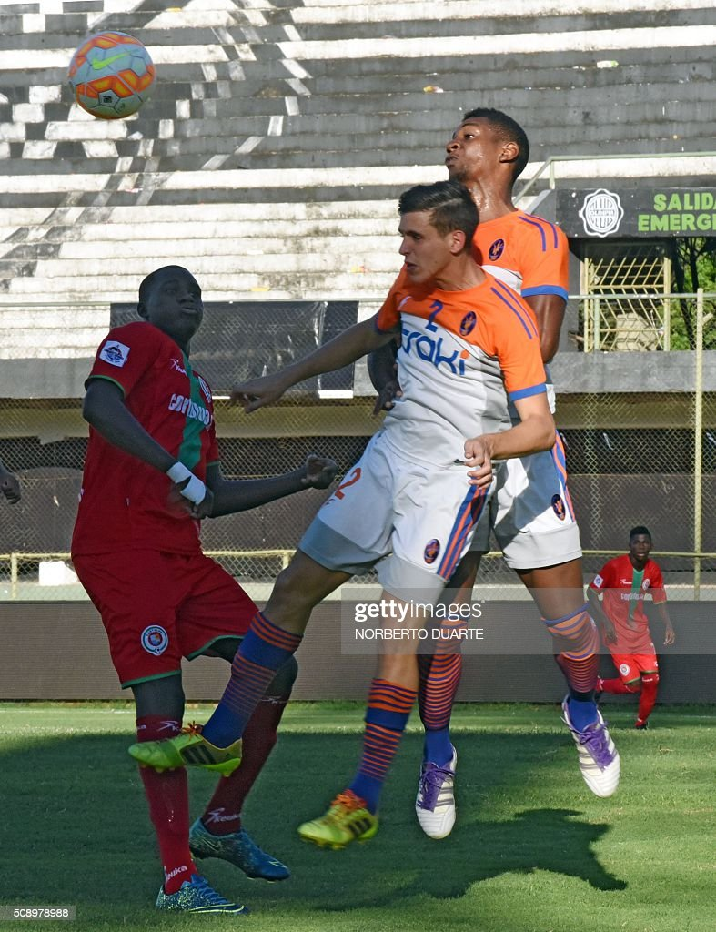 Venezuelas Deportivo La Guaira player Sandro Notaroberto (R) vies for the ball with Oscar Camilo of Colombia's Cortulua during their Copa Libertadores U20 football match at the Club Olimpia Stadium in Asuncion, Paraguay on February 7, 2016. AFP PHOTO / Norberto Duarte / AFP / NORBERTO DUARTE