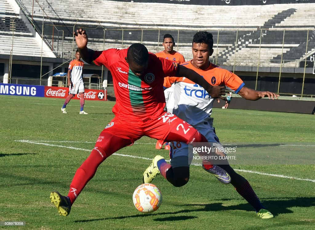 Venezuelas Deportivo La Guaira player Victor Riveros (R) vies for the ball with Heisen Izquierdo of Colombia's Cortulua during their Copa Libertadores U20 football match at the Club Olimpia Stadium in Asuncion, Paraguay on February 7, 2016. AFP PHOTO / Norberto Duarte / AFP / NORBERTO DUARTE