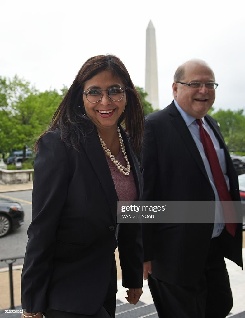 Venezuela's Foreign Minister Delcy Rodr��guez (L) arrives at the Organization of American States in Washington, DC on May 5, 2016. / AFP / MANDEL
