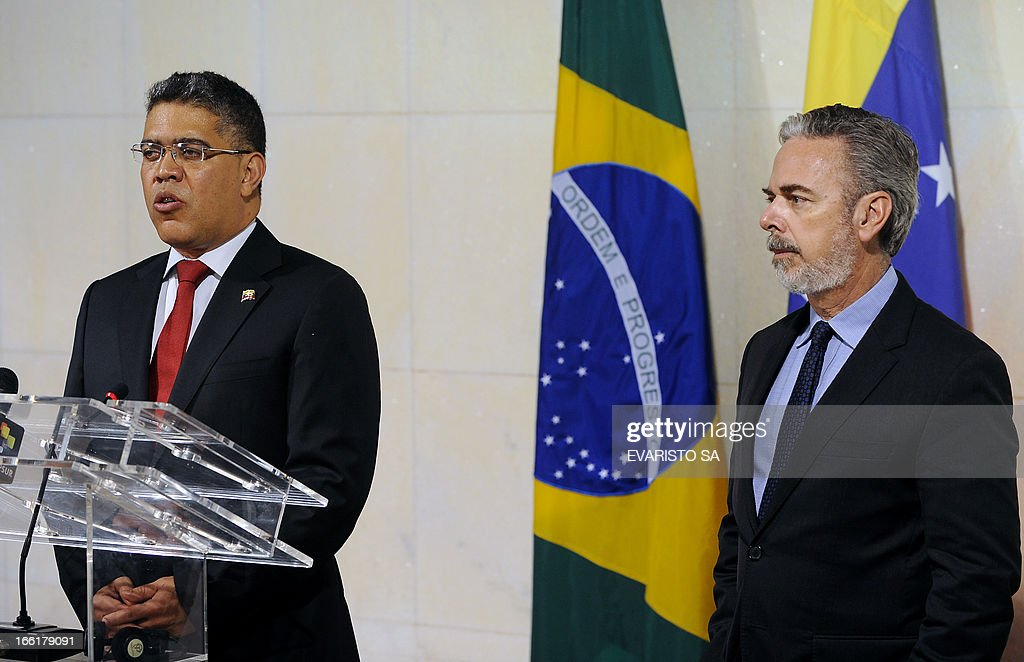 Venezuela's Foreign Minister Elias Jose Jaua (L) speaks next to his Brazilian counterpart Antonio Patriota during a press conference at Itamaraty Palace in Brasilia, on April 09, 2013. Jaua is on his first visit to Brazil and will attend the presentation of Venezuela's Simon Bolivar National Symphony Orchestra. AFP PHOTO / Evaristo SA