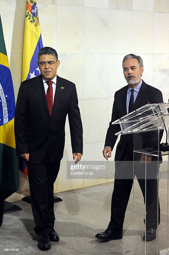 Venezuela's Foreign Minister Elias Jose Jaua (L) walks next to his Brazilian counterpart Antonio Patriota during a press conference at Itamaraty Palace in Brasilia, on April 09, 2013. Jaua is on his first visit to Brazil and will attend the presentation of Venezuela's Simon Bolivar National Symphony Orchestra. AFP PHOTO / Evaristo SA