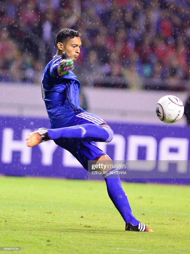 Venezuela's goalkeeper Jose Contreras controls the ball during a friendly match against Costa Rica at the National Stadium in San Jose on May 27, 2016. / AFP / Ezequiel Becerra