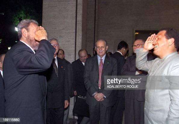 Venezuela's President Hugo Chavez and Cuban President Fidel Castro salute one another 29 June 1999 in Rio de Janeiro at the summit El presidente de...
