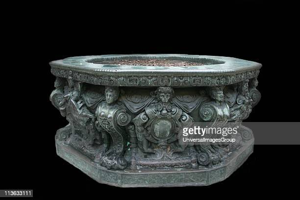 Venice Doge's Palace Inside the central courtyard an Ornamental bronze wellhead The Doge's Palace is a gothic palace in Venice The palace was the...