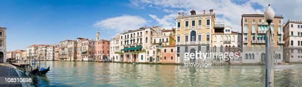 Palazzo a Venezia sul Canal Grande e gondole panorama Italia