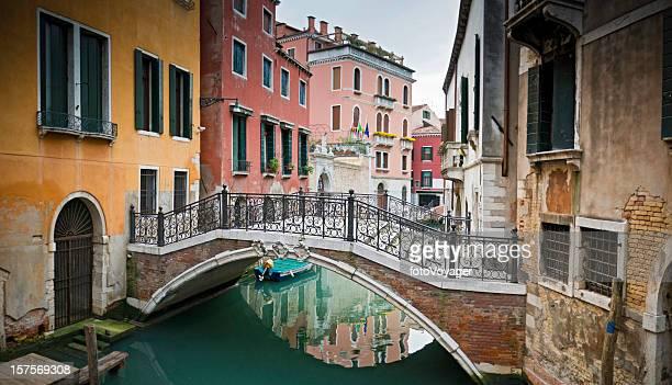 Tranquillo canali di Venezia colorata stucco ville grazioso passerella, Veneto, Italia