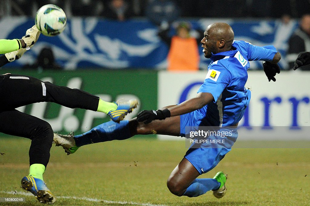 Venissieux' French midfielder Olivier Laviolette (C) vies with Nancy's Cameroonian goalkeeper Guy-Roland Ndy Assembe during the French Cup football match Vénissieux Vs Nancy on February 27, 2013 at the Matmut stadium in Vénissieux.