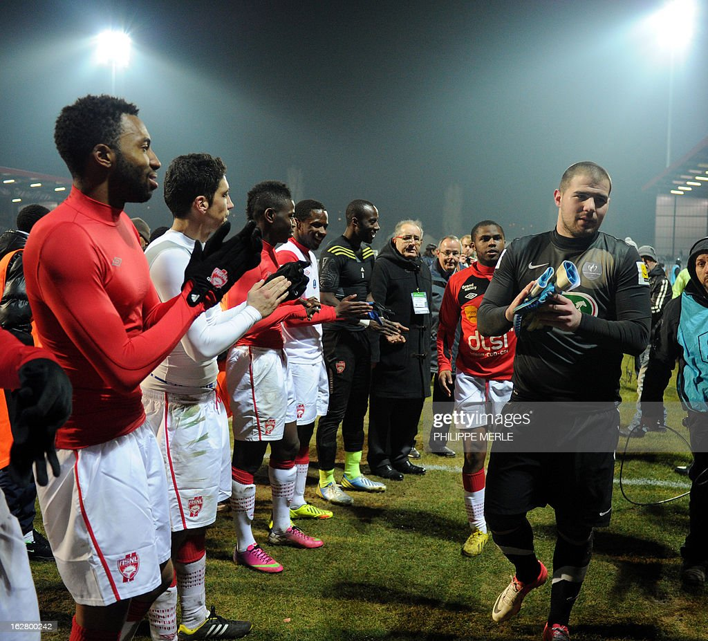 Venissieux's French goalkeeper Maxime Cassara (R) is applauded by Nancy's players at the end of the French Cup football match Venissieux vs Nancy, on February 27, 2013 at the Matmut stadium in Venissieux. MERLE