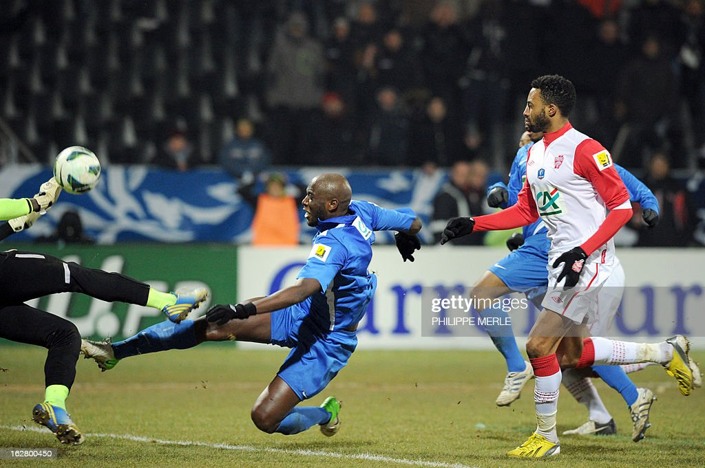 Venissieux's French midfielder Olivier Laviolette (C) vies with Nancy's Cameroonian goalkeeper Guy-Roland Ndy Assembe during the French Cup football match Venissieux vs Nancy, on February 27, 2013 at the Matmut stadium in Venissieux. AFP PHOTO / PHILIPPE MERLE