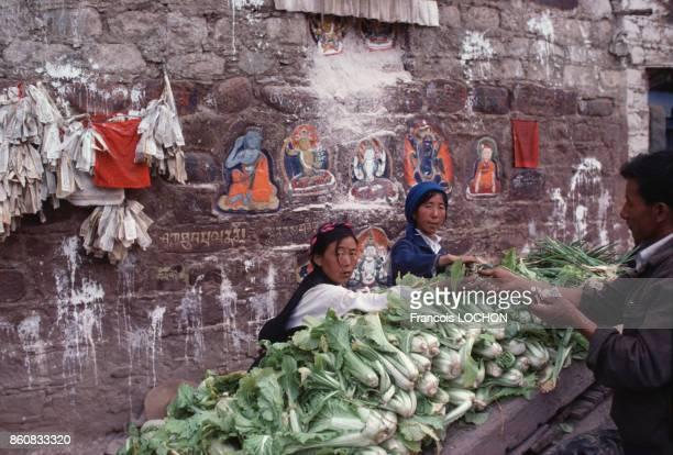 Vente de légumes au marché au Tibet en septembre 1980 à Lhassa Chine