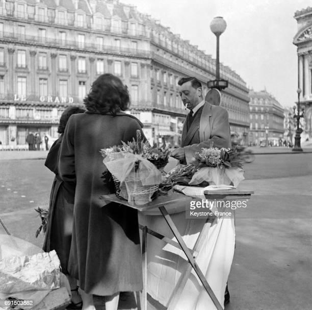 Vente du muguet dans les rues de Paris France le 29 avril 1953