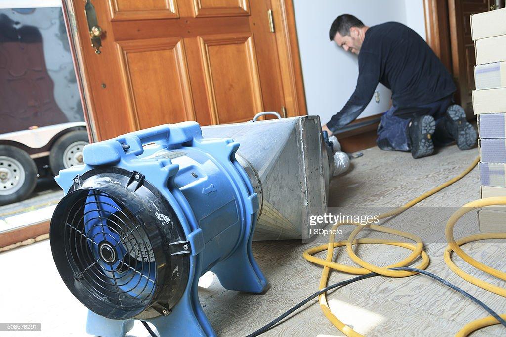 Pulizia di sistema di ventilazione di lavoro : Foto stock