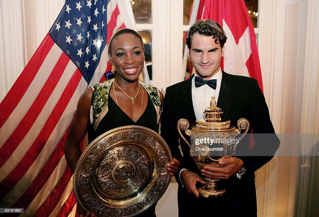 ¿Cuánto mide Venus Williams? - Real height Venus-williams-and-roger-federer-pose-with-the-trophies-at-the-at-picture-id53191682