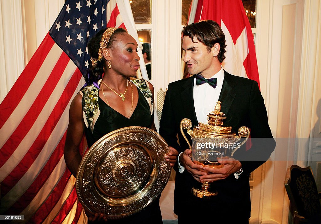 ¿Cuánto mide Venus Williams? - Real height Venus-williams-and-roger-federer-pose-with-the-trophies-at-the-at-picture-id53191683