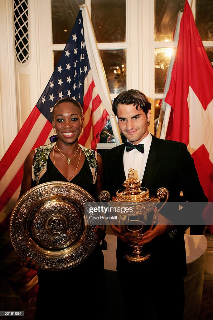 ¿Cuánto mide Venus Williams? - Real height Venus-williams-and-roger-federer-pose-with-the-trophies-at-the-at-picture-id53191684