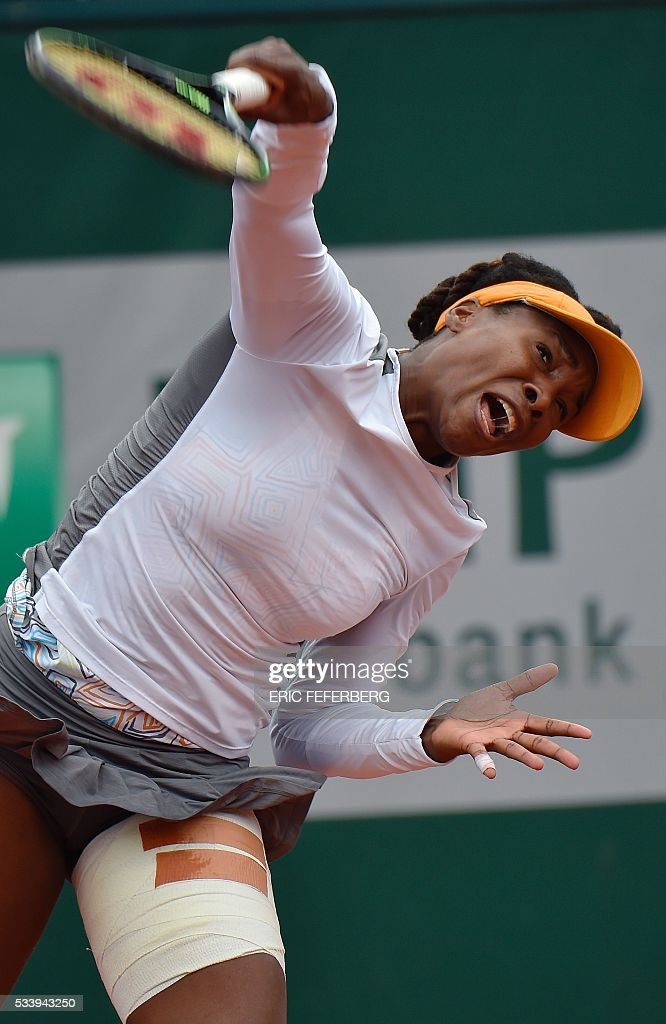 US Venus Williams hits a return to Estonia's Anett Kontaveit during their women's first round match at the Roland Garros 2016 French Tennis Open in Paris on May 24, 2016. / AFP / Eric FEFERBERG