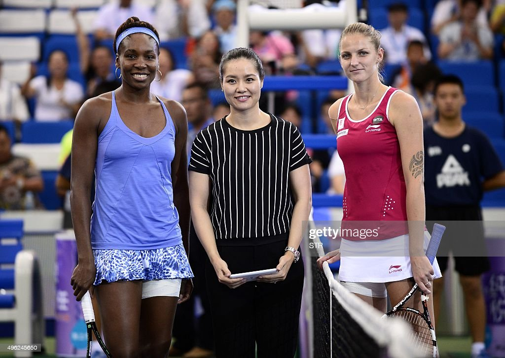 Venus Williams of the US, former Chinese tennis player Li Na and Karolina Pliskova of the Czech Republic pose for photos before the women's singles final match at the WTA Elite Trophy in Zhuhai, southern China's Guangdong province on November 8, 2015. CHINA OUT AFP PHOTO