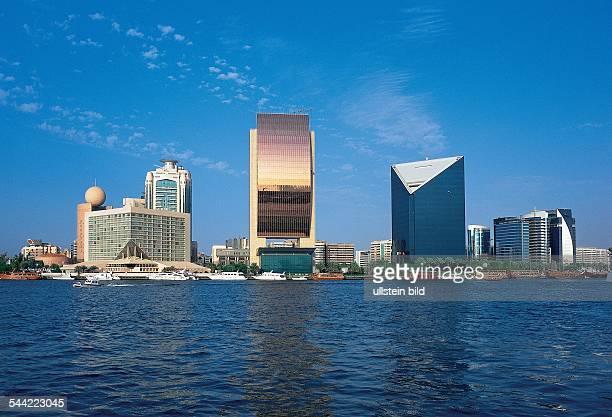 Vereinigte Arabische Emirate VAE Dubai Dubai Creek mit supermodernen Gebaeuden der Business und Finanzwelt links mit der Kugel das Gebaeude von...