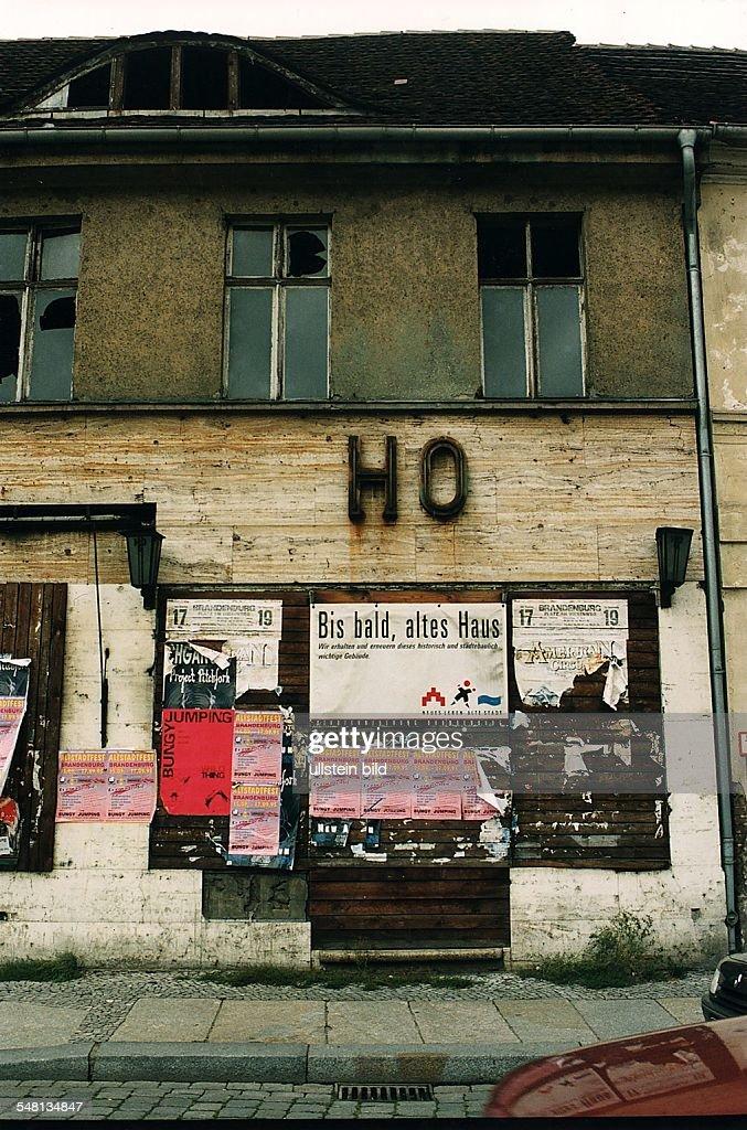 Verfallenes Haus Schild Der U0027Stadterneuerung Brandenburgu0027 An Der Fassade  U0027Bis Bald Altes Haus
