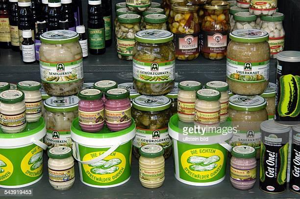 Verkauf von Spreewälder Gurken Meerrettich und anderen Produkten an einem Marktstand in Lübben / Spreewald Brandenburg
