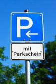 Verkehrsschild Parkplatzschild mit Parkschein