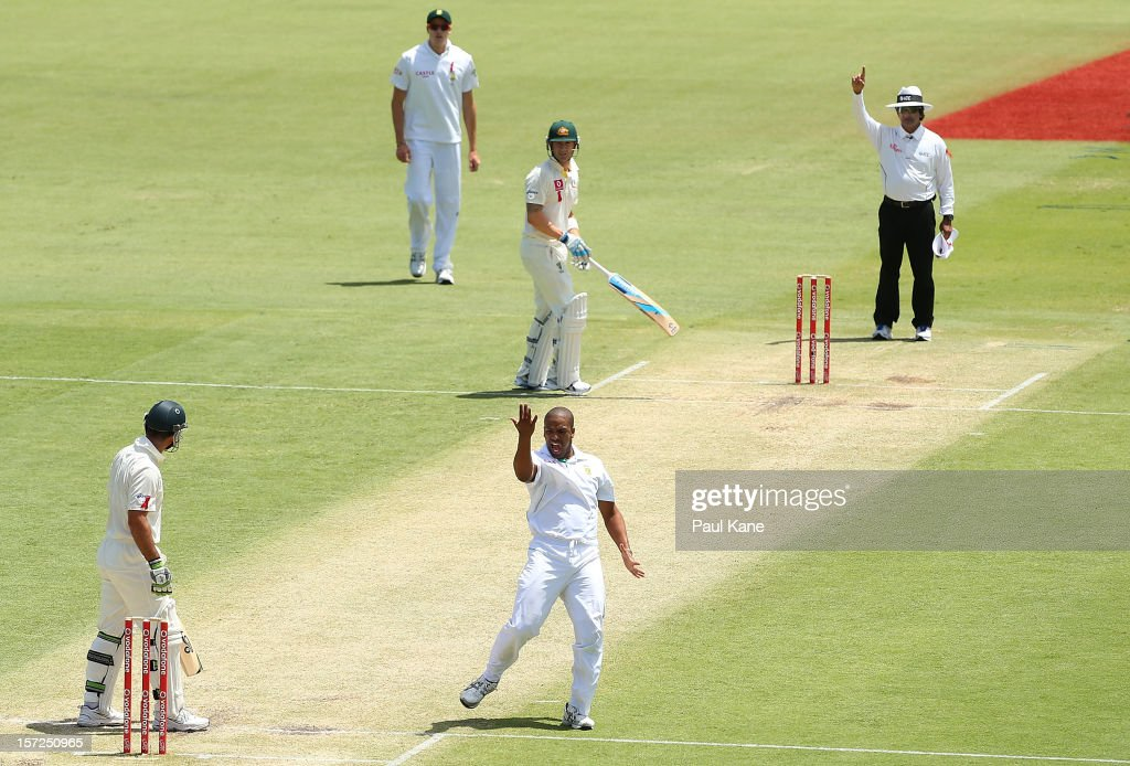 <a gi-track='captionPersonalityLinkClicked' href=/galleries/search?phrase=Vernon+Philander&family=editorial&specificpeople=4353155 ng-click='$event.stopPropagation()'>Vernon Philander</a> of South Africa celebrates dismissing <a gi-track='captionPersonalityLinkClicked' href=/galleries/search?phrase=Ricky+Ponting&family=editorial&specificpeople=176564 ng-click='$event.stopPropagation()'>Ricky Ponting</a> of Australia during day two of the Third Test Match between Australia and South Africa at WACA on December 1, 2012 in Perth, Australia.