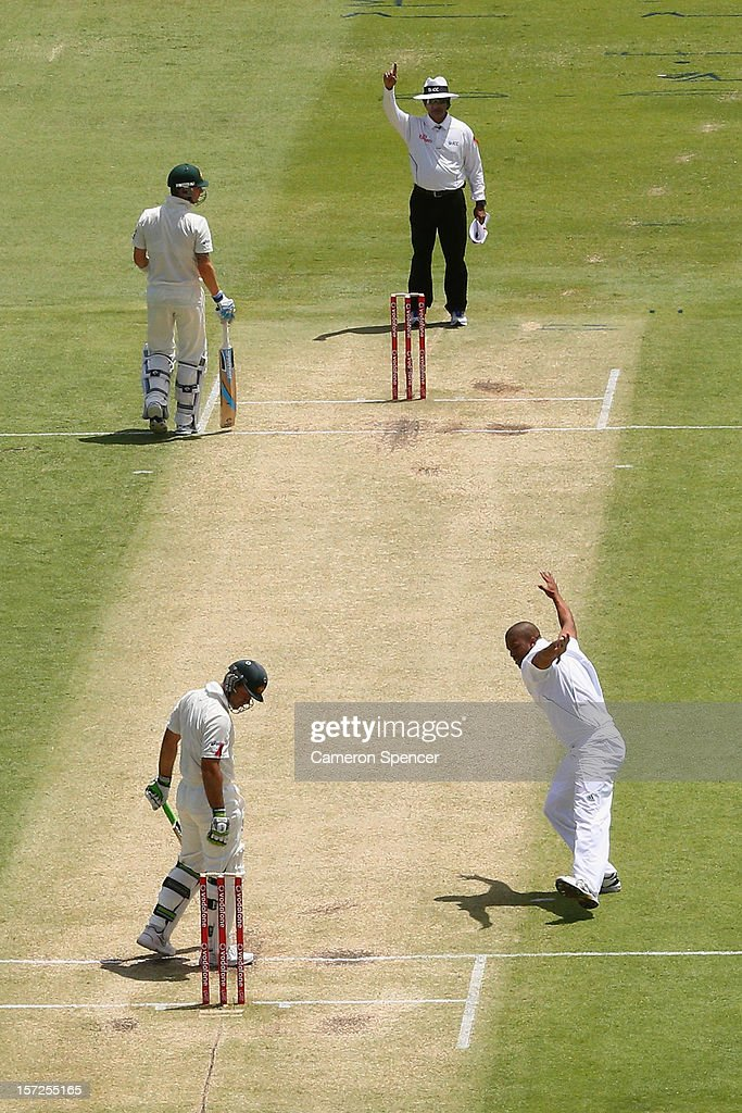 <a gi-track='captionPersonalityLinkClicked' href=/galleries/search?phrase=Vernon+Philander&family=editorial&specificpeople=4353155 ng-click='$event.stopPropagation()'>Vernon Philander</a> of South Africa celebrates dismissing <a gi-track='captionPersonalityLinkClicked' href=/galleries/search?phrase=Ricky+Ponting&family=editorial&specificpeople=176564 ng-click='$event.stopPropagation()'>Ricky Ponting</a> of Australia for lbw during day two of the Third Test Match between Australia and South Africa at the WACA on December 1, 2012 in Perth, Australia.