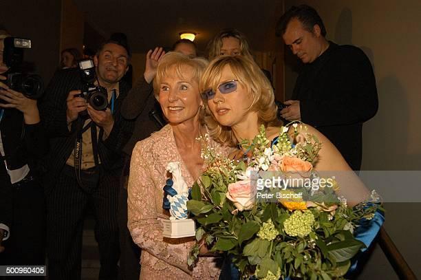 Veronica Ferres Karin Stoiber Verleihung 'Bayrischer Fernsehpreis' München 'Prinzregententheater' Foyer Blumenstrauß Preis Auszeichnung Promi Promis...