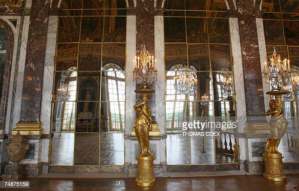 TO GO WITH AFP STORY IN FRENCH BY FABIENNE FAUR 'LA GALERIE DES GLACES A VERSAILLES A RETROUVE SON ECLAT' View taken 22 June 2007 shows the 'Hall of...