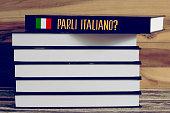 Verschiedene Bücher und ein Buch für italienische Sprache